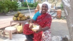 Wenn das Essen wieder zu schrecklich war, gibt es zuverlässig am Strand meine Händlerin mit Kokosnüssen.