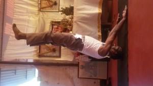 Shiva, der mit strengen Anweisungen uns morgens um 6:30 durch 2 1/2 Stunden harte yoga Arbeit führt.