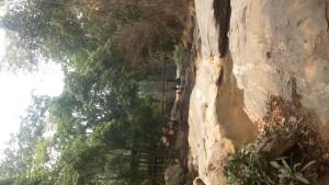 Im Norden thailands gibt es grüne Berge und Wasserfälle mit badegelegenheiten.