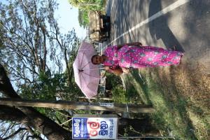 Zu Hause habe ich über die aus Indien zugesandte Packeises gelacht. Regenschirm? Wer brauch hier so was! Keine Frau, auch nicht unsere Schülerinnen gehen ohne Regenschirm. Zum einen Sonnenschutz und bei manch plötzlichen, heftigen Regenguss praktisch.